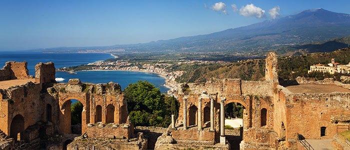 Vue sur le théâtre de Taormine avec le volcan Etna et la Méditerranée en arrière-plan, voyage dans l'est de la Sicile