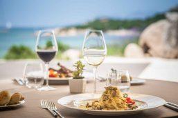 Repas, Hôtel CalaCuncheddi, Sardaigne, Italie.