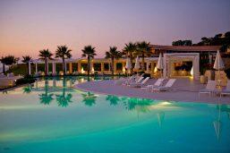Piscine et solarium, hôtel Capovaticano Resort Thalasso & Spa - MGallery by Sofitel, Ricadi, Calabre, Italie