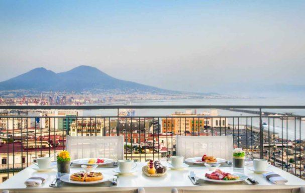 Roof Garden, Hôtel Renaissance Mediterraneo, Naples, Italie.