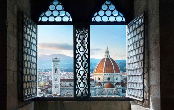 Vue depuis l'ancienne fenêtre sur la basilique du Duomo de Florence de Santa Maria del Fiore. Florence, Italie
