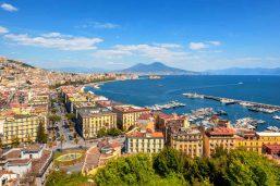 Vue sur la baie de Naples et le mont Vésuve